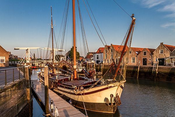 Oud vrachtschip in de haven van Zierikzee